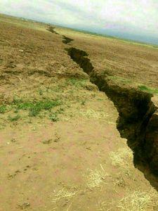 تصویری از ترک خوردن زمین در اطراف فریمان پس از زلزله.