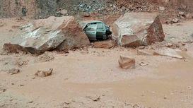 سقوط سنگ بسیار بزرگ در محور فیروزآباد به جم +فیلم